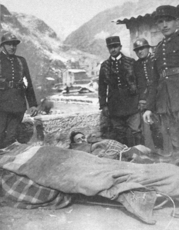 Sant Julià de Lòria, 1938: gendarmes francesos atenen refugiats espanyols.