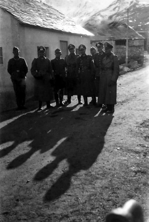 Un grup d'oficials –atenció a les gorres de plat– davant d'una casa que podria ser el Pas.
