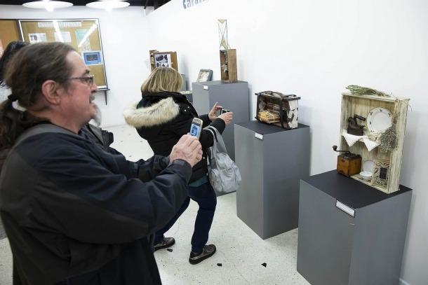 'Calaix de sastre' es va inaugurar ahir a La Llacuna i es pot visitar fins al 20 de desembre.
