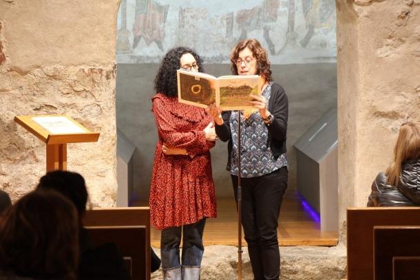 L'autora del conte, Assumpta Mercader, i la il·lustradora, Carmen Invernón, ahir a l'església de Santa Coloma.