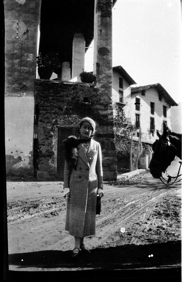 Isabelle Sandy a la plaça Benlloch, just davant de casa Guillemó, en alguna de les visites que va girar a partir del 1922.