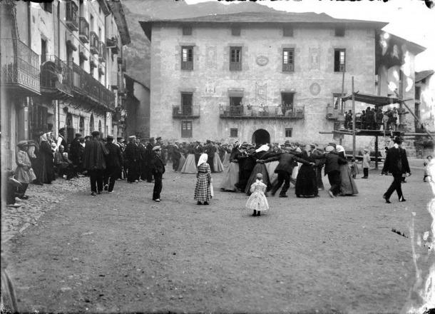 Ball del contrapàs a la plaça Benlloch: era el 1906 i la façana de casa Guillemó conservava parcialment ben visible la decoració original.