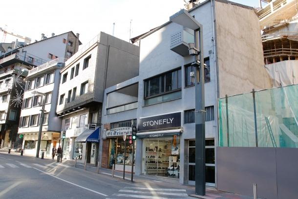 L'edifici que finalment es va construir a la Rotonda entre el 1952 i e l1956 és la tercera versió que Sostres va fer del mateix projecte.