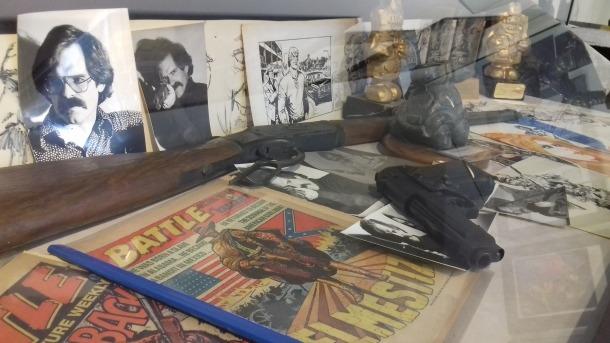 Detall de les vitrines, amb esbossos, originals, marxandatge i objectes en què s'inspirava Ezquerra per als seus dibuixos.