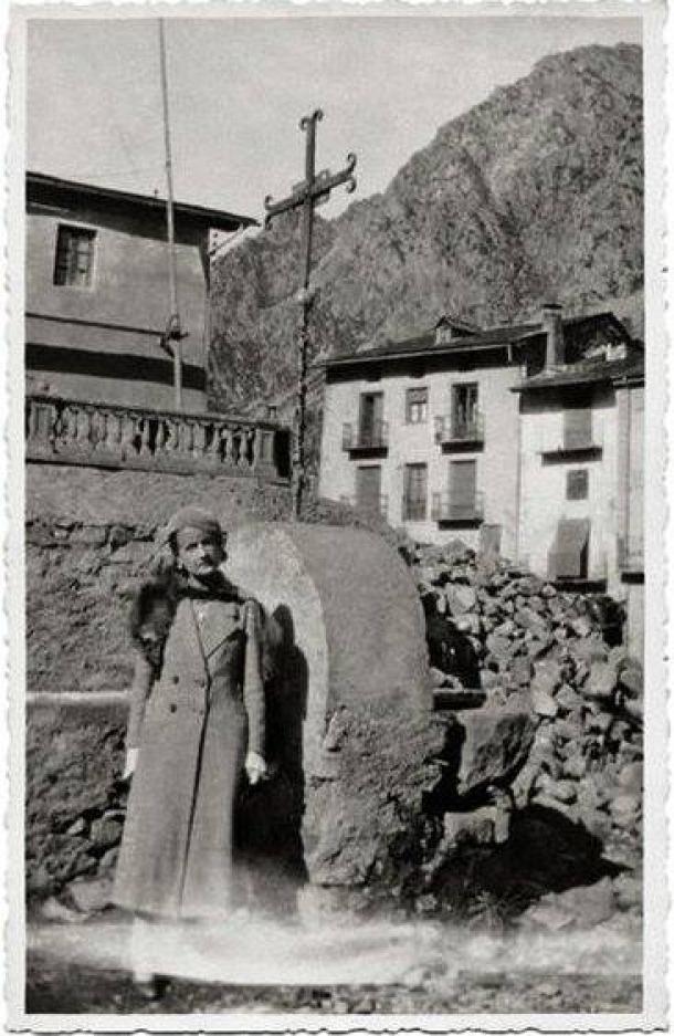 Isabelle Sandy, als safareigs que hi havia a l'actual plaça Rebés, cap al 1934.