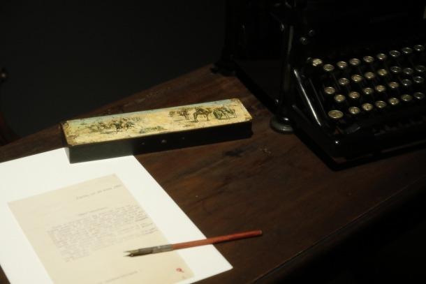 L'estoig amb motius àrabs d'aquesta escenografia és l'únic objecte de l'exposició que va ser propietat de Sandy.