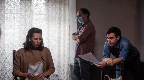 Franch, entre l'actriu Elisabet Terri, que encarna Marieta, i el director de 'El Fred que crema', Santi Trullenque.