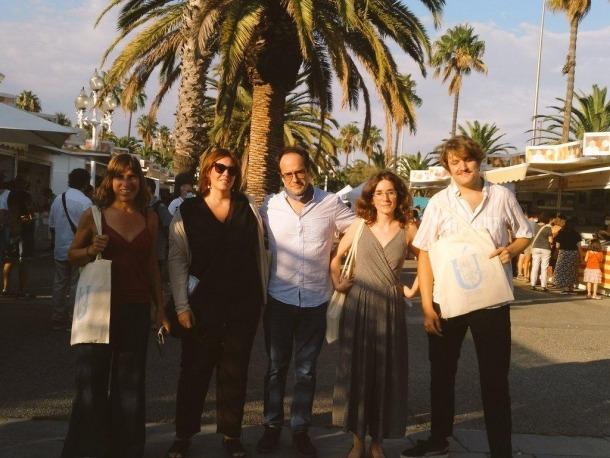 Arasa, amb els altres guanyadors del concurs de relats del 'Núvol' i l'editor de la revista, divendres passat a Barcelona.