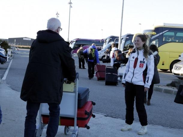 Un turista suec preguntant a una treballadora de Quality Travel on ha de pujar per esquiar a Andorra o la Vall d'Aran, ahir.