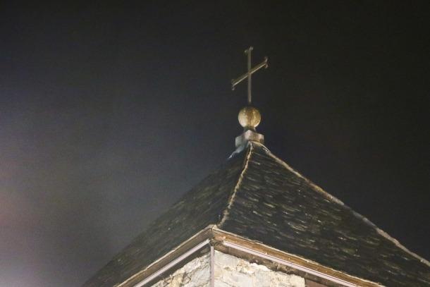 La creu que avui corona el campanar de Sant Esteve, i que originalment es trobava davant de la casa Guillemó, a l'altre costat de la plaça; s'hi va enfilar en la primera reforma de l'arxiprestal, a càrrec de Puig i Cadafalch, als anys 40.