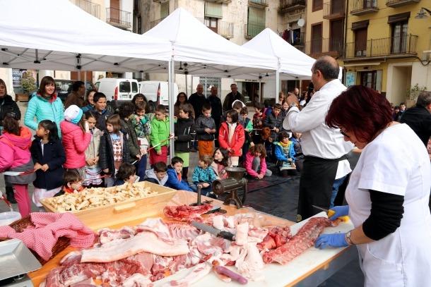 Els escolars del Pallars descobreixen com es fan els embotits de la comarca]