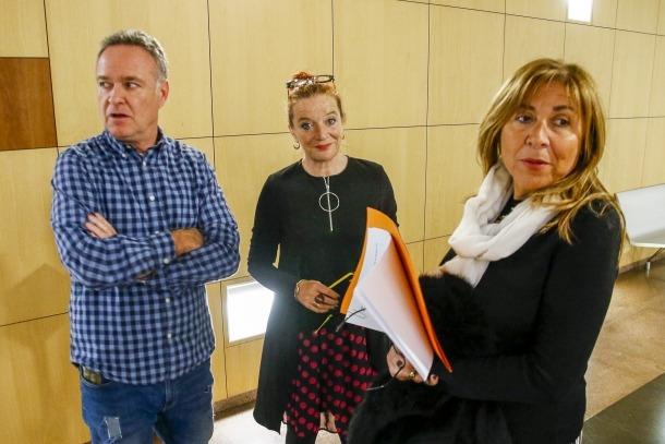 La directora artística del FIPA, Pepa Plana, entre el cap de Cultura del Comú, Jan Cartes, i la cònsol, Conxita Marsol.