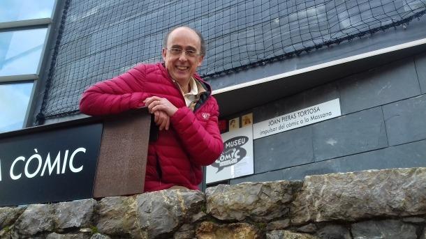 Pieras, davant del rètol del Museu la Massana Còmic, que des d'ahir du el seu nom en un raríssim cas de justícia poètica.