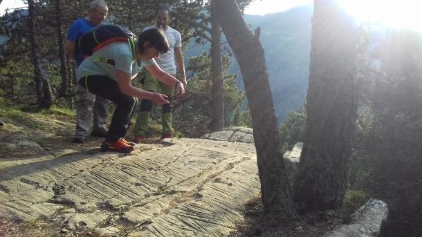 Participants en l'expedició al roc de les Bruixes que va tenir lloc el 21 de juny del 2018: el solstici d'estiu ofereix unes condicions òptimes per observar el jaciment.
