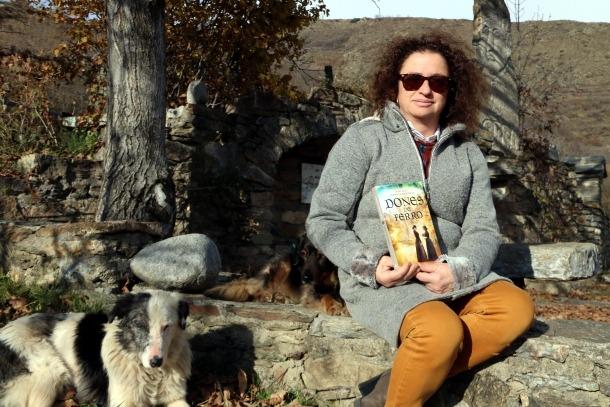 Margarida Codina amb la seva darrera novel·la 'Dones de ferro'.