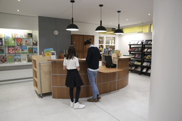 El vestíbul reformat, amb el servei de préstec i atenció al públic: molt més il·luminat i amb una factura actualitzada.