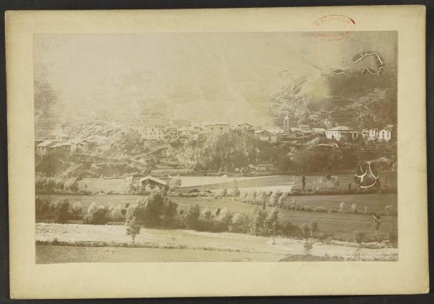 'Skyline' d'Andorra la Vella cap al 1900: arrenca al Pui, passa per Casa de la Vall, Sant Esteve i Casa Rebés.