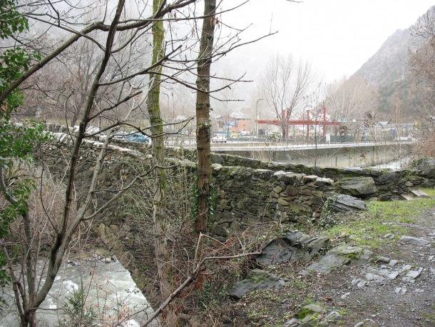 Febrer del 2016: el pont de la Margineda i, al fons, la benzinera, aleshores en construcció.