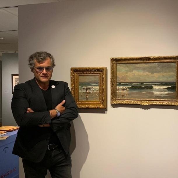 Guillermo Cervera, davant de les dues teles –les originals– que ja pengen al Cape Ann i que s'hi exposen fins a l'1 de desembre.