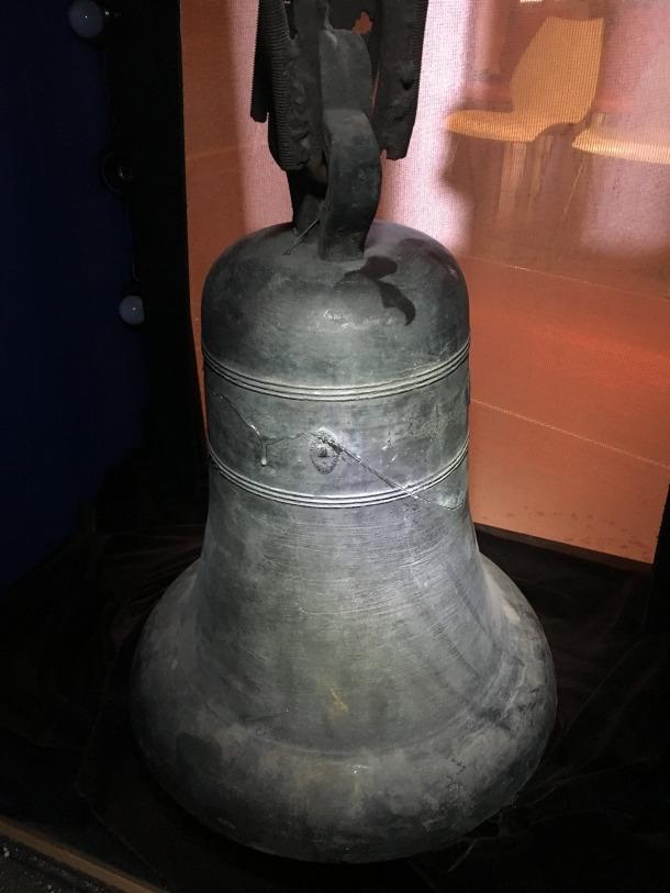 Espatlla i cintura de la campana, amb el segell on el campaner Despuic va deixar la firma: una muntanyeta o puig del qual penja un batall.