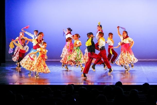 L'esbart va estrenar ahir dues coreografies, 'La Roseta de Tallaví' i 'La dansa del pregó'.