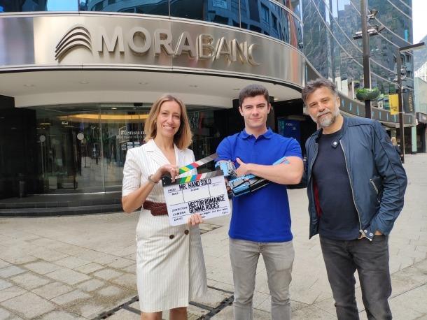 Aguilar, entre la directora de màrqueting de MoraBanc, Mireia Maestre, i el productor del documental, Josep Pozo.