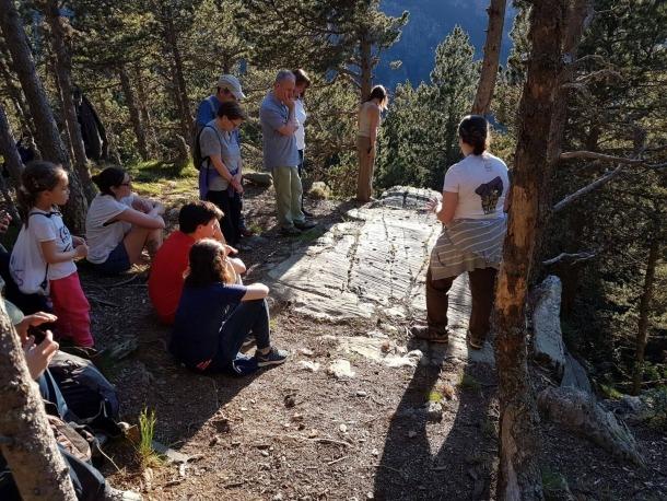 Remolins, amb un grup que va visitar el roc de la Bruixes la nit de Sant Joan de fa dos anys.
