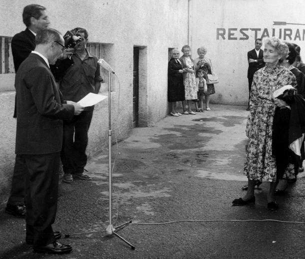 Isabelle Sandy, en la inauguració del passatge que porta el seu nom a la capital, als primers anys 70: al micròfon, Bartomeu Rebés.