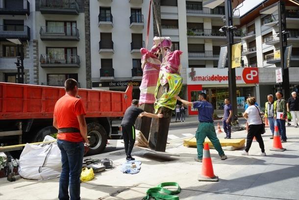 La peça, que fa 3,80 metres d'alçada i pesa 960 quilos, es va instal·lar ahir i s'inaugurarà demà.