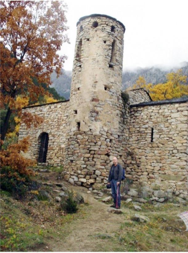 Turu, l'estiu del 2012, davant de la base del campanar, on s'observen els clars de morter entre les rengleres de pedres: la intervenció del 2017 ho va intentar resoldre... sense èxit.