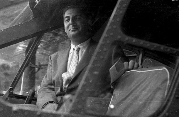 Reig, el juliol del 1956 a bord de la primera avioneta que va aterrar al país; aquell vol de prova va acabar en tragèdia i amb la mort del pilot, Adonis Moulène; el futur síndic en va sortir miraculosament inèdit..