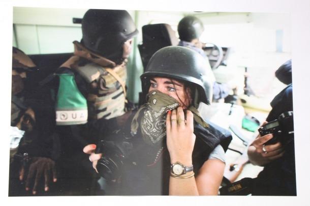 Lepage, amb casc, en un dels conflictes que va cobrir com a fotoreportera de guerra.