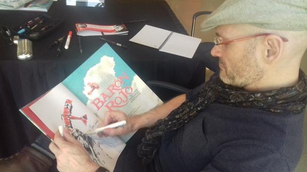 L'il·lustrador madrileny firma un exemplar de la trilogia 'Barón Rojo', ahir al saló del còmic de la Massana.