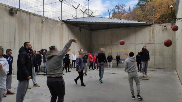 Els jugadors del MoraBanc Andorra compartint tirs amb els interns de la Comella.