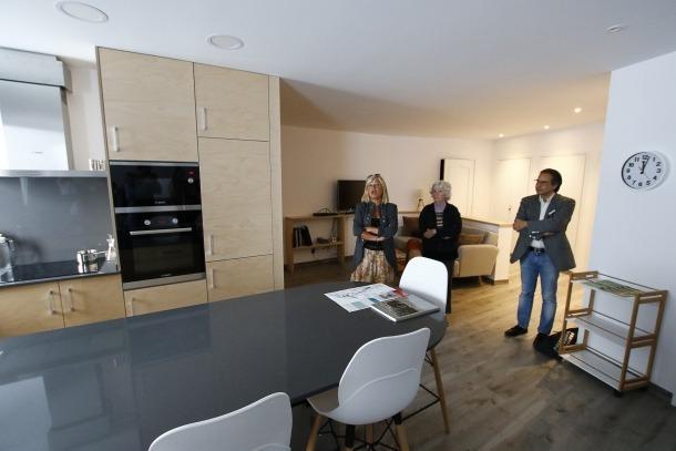 La primera inquilina de la residència Faber-Andorra, Kathleen McNerney, entre Montserrat Planella si Ivan Sansa, a l'estudi que ocupa des del 2 de setembre.