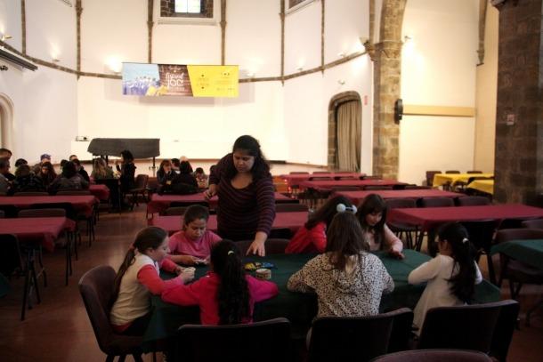 Alumnes de l'escola Mossèn Albert Vives de la Seu van participar ahir a les sessións escolars del Festiva del Joc.