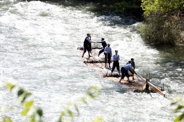 Els raiers segueixen la tradició de dirigir l'embarcació a la dreta i a l'esquerra.