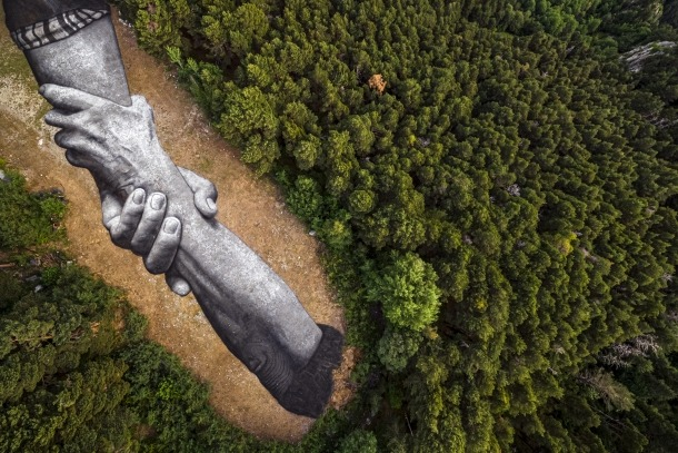 Vista aèria de les dues mans entrellaçades pintades a la Campa d'Engolasters.