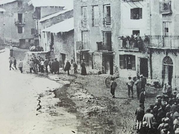 17 d'abril del 1896: després de la lectura pública de la sentència a la plaça, Bacó és conduït a la presó de la Casa de la Vall.