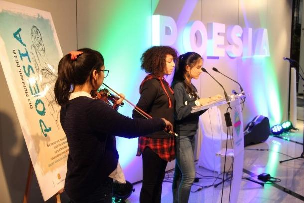 Alumnes del col·legi María Moliner van llegir poemes a la sala d'exposicions del Comú.