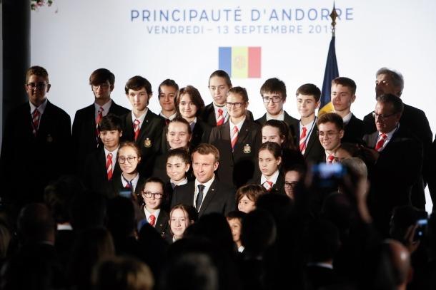 Els Petits Cantors amb Macron, divendres passat a la plaça del Poble, on es va substanciar la invitació