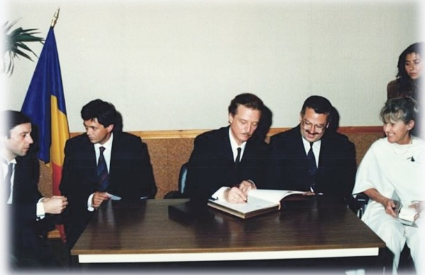 El tenor Alfredo Kraus firma el llibre d'honor del Comú, amb el cònsol Manel Pons.