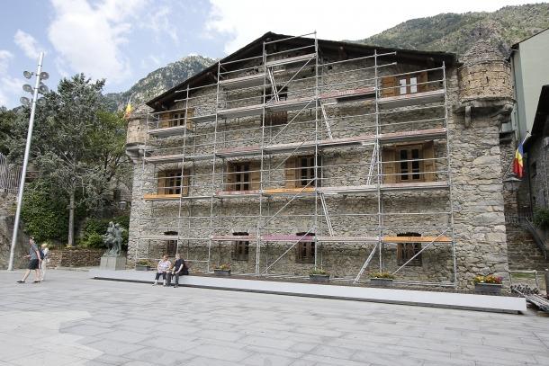 Exterior de la Casa de la Vall amb la lona que actualment cobreix l'edifici.