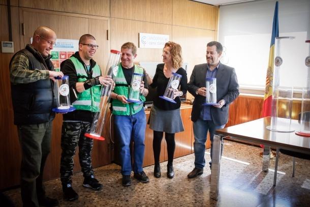 Calvó va entregar els nous contenidors de piles als usuaris de l'EENSM ahir.