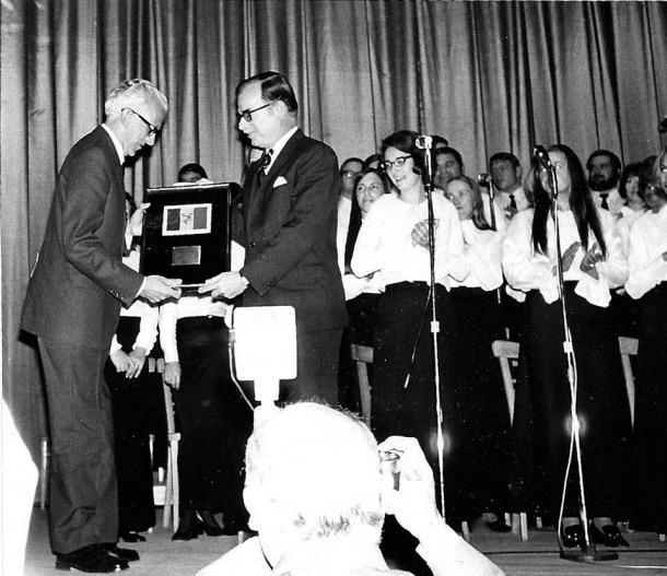 Acte oficial en què el cònsol Zimmermann l'entrega al síndic Escudé: va ser el 6 de desembre del 1972 al teatre Cristall.