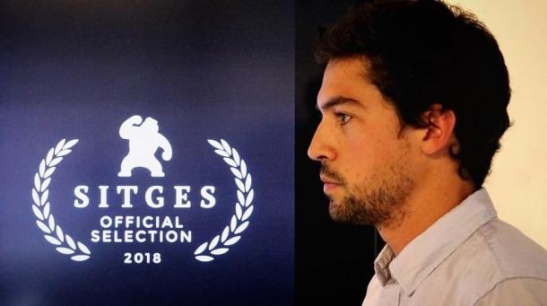El director encampadà, davant del logo oficial de Sitges que ja exhibeix al cartell del nou curt, 'Le Blizzard'.