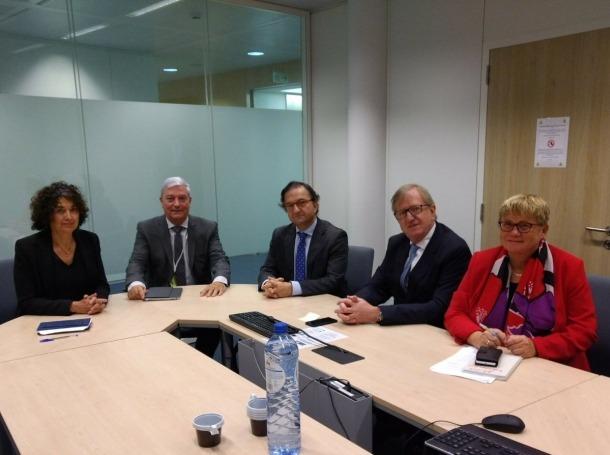 El president de la CEA, Gerard Cadena, amb representants de la UE a Brusel·les.