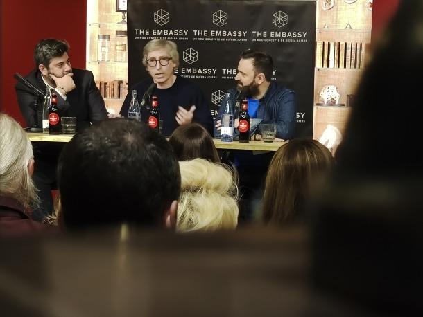 L'editor Malcolm Otero i el periodista Toni García van entrevistar ahir en públic el també novel·lista madrileny al Chef's Table.