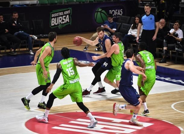 Dejan Musli, que va anotar 13 punts, defensat per Muhsin Yesar del Tofas Bursa.