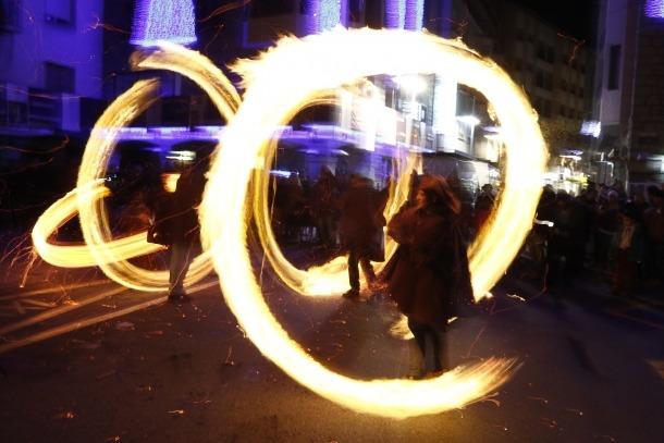 És el solstici d'estiu i els fallaires de la capital fan rodar el foc per la plaça Benlloch.
